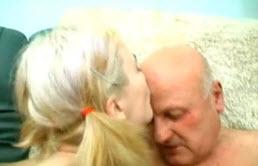 Papa apprend les bonnes manières à sa fille