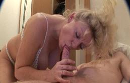 Gorge profonde avec une mère mature