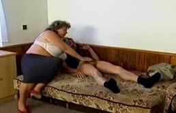 Maman à grosse poirine chevauche la queue du petit