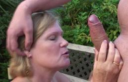Il déglingue sa mère dans le jardin