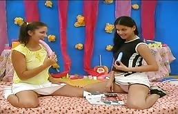 Deux soeurs lesbiennes jouent avec des sextoys