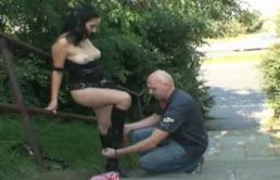 Il baise sa belle fille au dehors