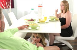 Il se fait sucer la bite par sa belle-soeur en présence de sa femme