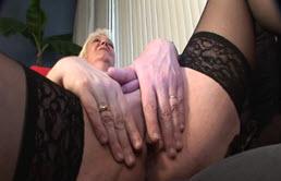 Le sperme réjouit vraiment sa grand mère
