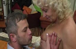 Du bon sexe oral et vaginal avec sa mère