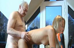 La petite fille et son grand père se font plaisir