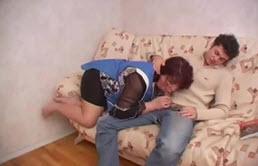 Une grosse mère baise son fils
