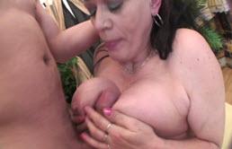 Les gros seins de grand mère pour une branlette