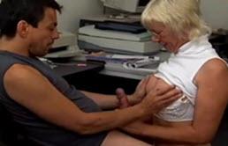 Neveu sodomise sa tante blonde dans un bureau