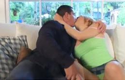 Pute blonde laisse son oncle lui lécher la chatte