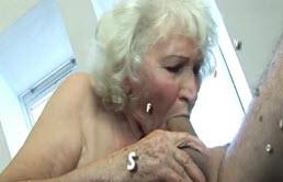 Grand mère fait du sale avec son petit fils