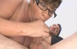 Sa mère avale son sperme pour son régime