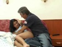 Elle se fait baiser par son père avec joie