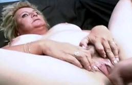 Masturbation et pipe par tata
