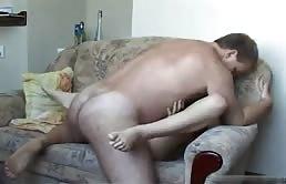 Fille brune suce son père sur le fauteuil