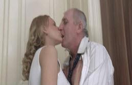 Sexe excitant entre fille blonde et son père