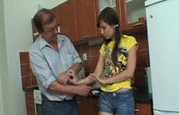 Grand père punit bien sa petite fille