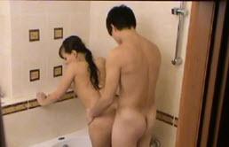 Petit film xxxx dans la salle de bain