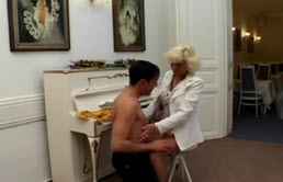 Sexe anal comme punition pour maman