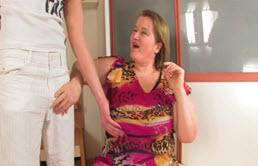 Grosse bite et éjaculation sur la poitrine de grand mère