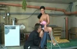 Il baise sa belle fille à chatte poilue