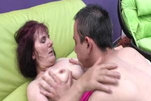 Le fils passe de la crème à sa mère mature