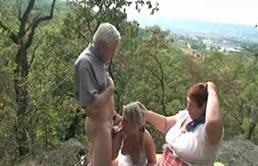 Partie à trois dans les bois avec sa grand mère