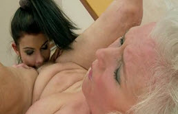 Elle encule sa grand-mère avec un bobe