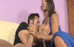 Persia Monir fait une branlette à son frère à grosse bite