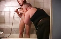Elle chevauche son père après le bain
