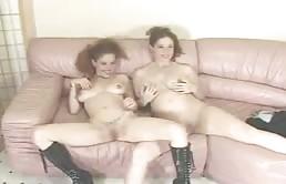 Masturbation entre soeurs jumelles