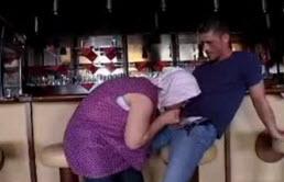 Maman salope baisée dans un bar par son petit cousin