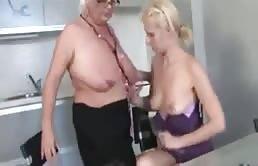 Vieille mère blonde et sa fille blonde